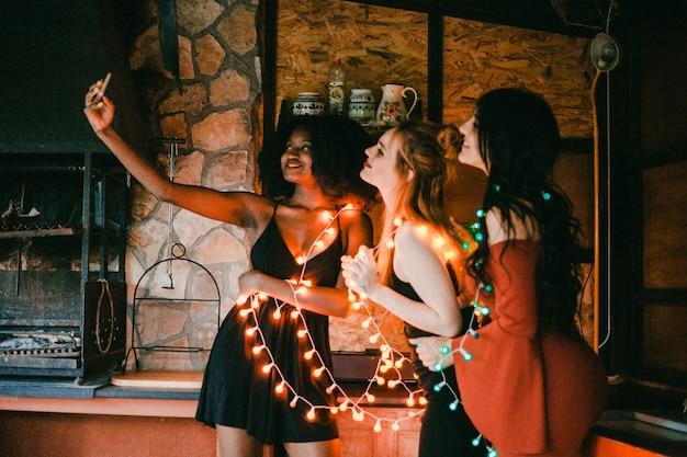 Amici che prendono selfie alla festa di sera