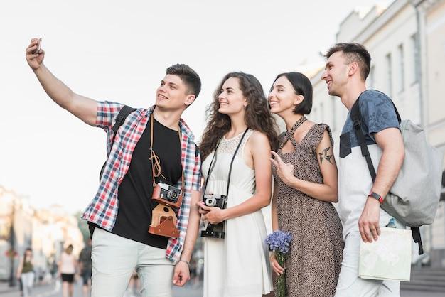 Amici che prendono selfie con attrazioni