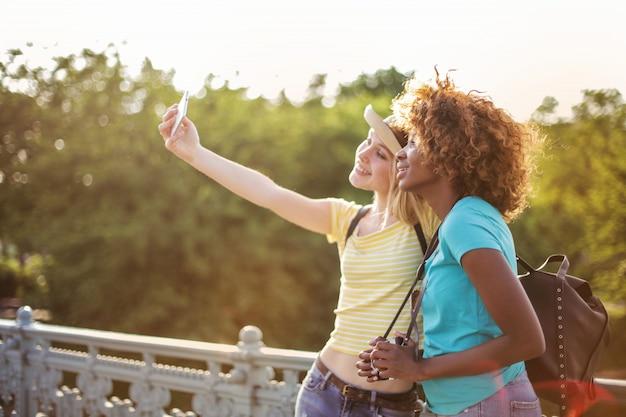 Amici che prendono selfie