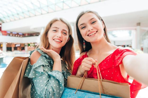 Amici che prendono un selfie al centro commerciale