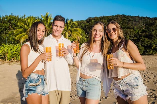 Amici che presentano alla festa della spiaggia