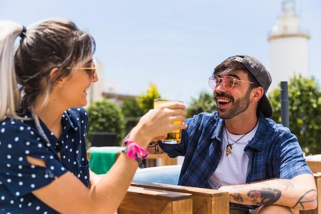 Amici che ridono bevendo per incontrarsi