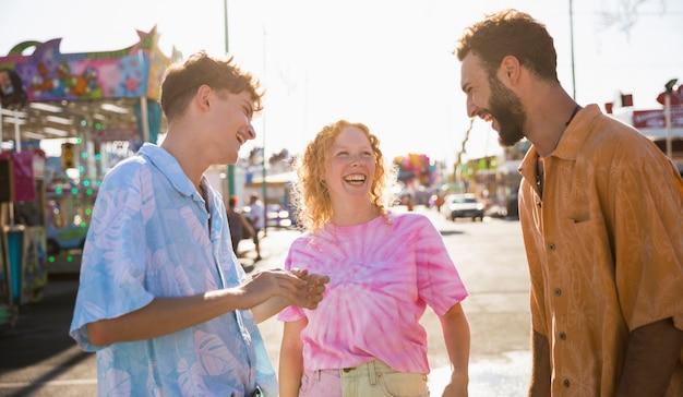 Amici che ridono delle reciproche battute