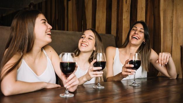 Amici che ridono
