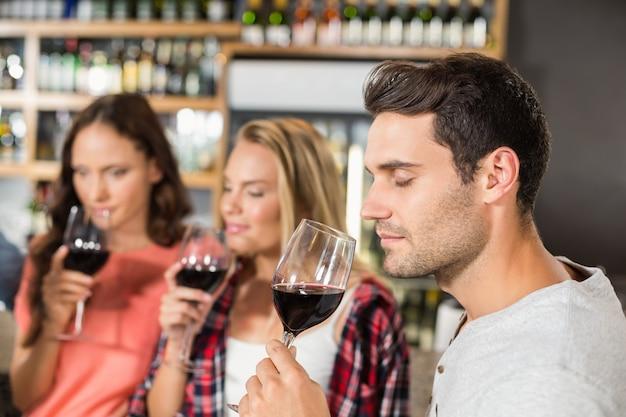 Amici che sentono l'odore del vino
