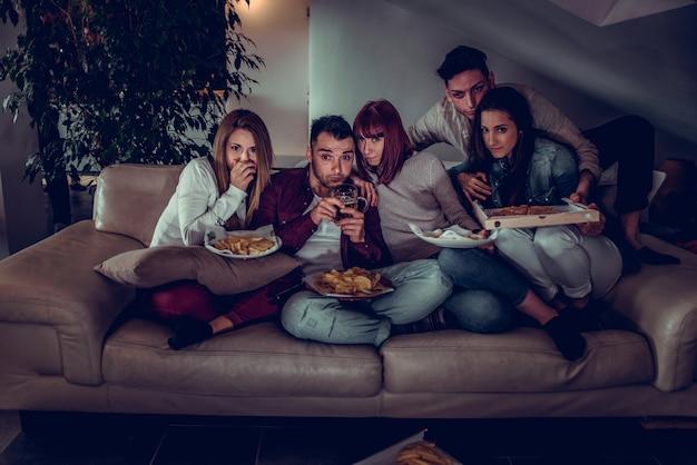Amici che si divertono a casa
