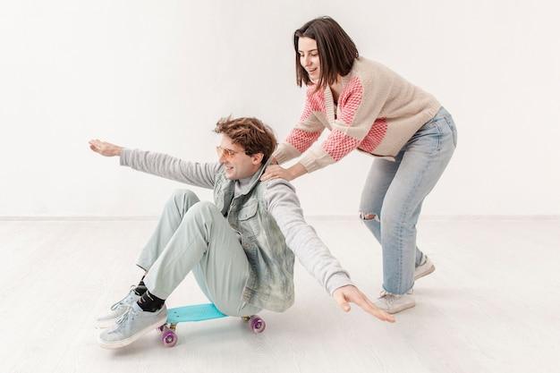 Amici che si divertono con lo skateboard