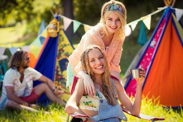 Amici che si divertono insieme al campeggio
