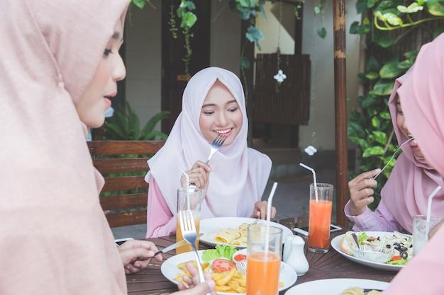 Amici che si divertono insieme mentre pranzano