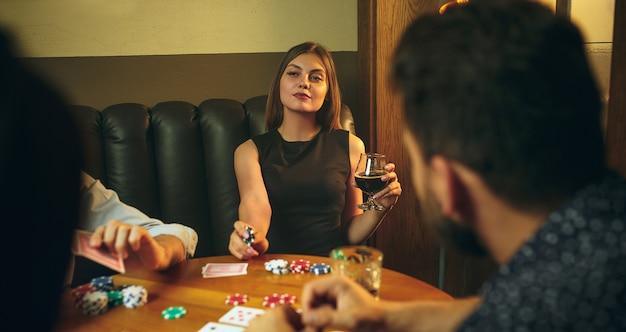 Amici che si divertono mentre giocano a gioco da tavolo.