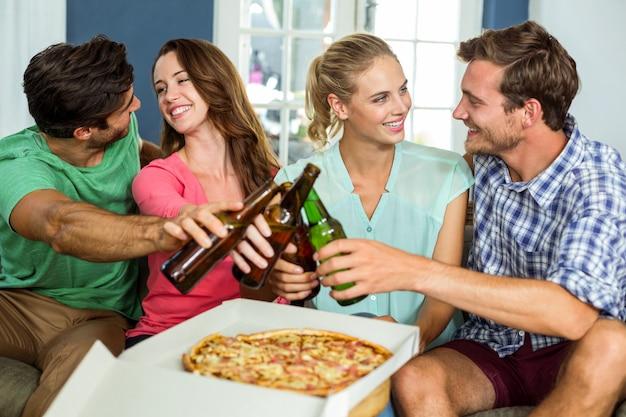 Amici che si godono la festa a casa