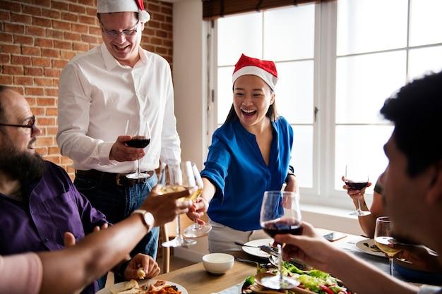 Amici che si riuniscono con cibo italiano insieme