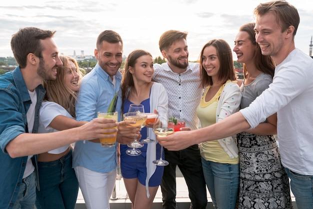 Amici che tostano a una festa in terrazza