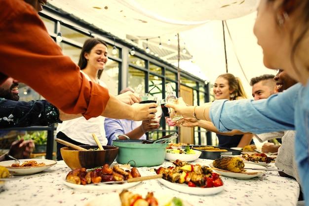 Amici che tostano ad una festa estiva