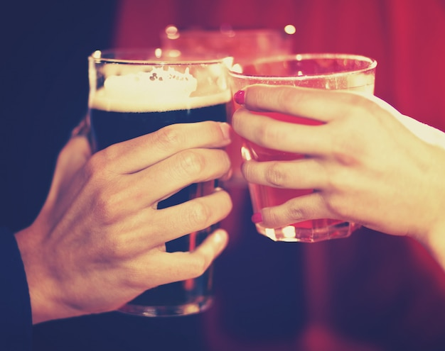 Amici che tostano i vetri in un pub