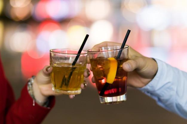 Amici che tostano i vetri in una discoteca