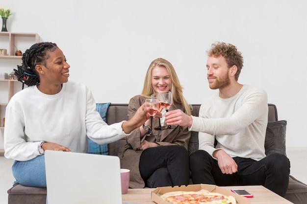 Amici che tostano mentre si mangia