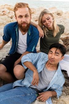 Amici che trascorrono del tempo sulla spiaggia