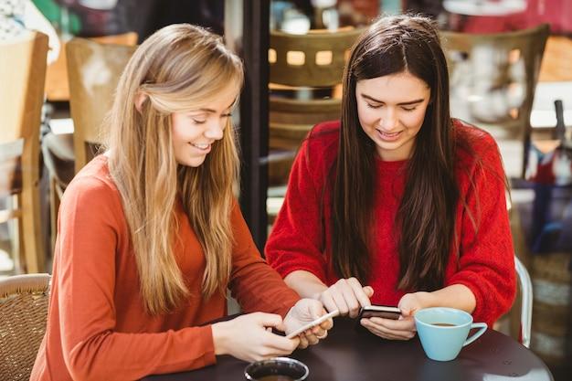 Amici che usano il loro smartphone