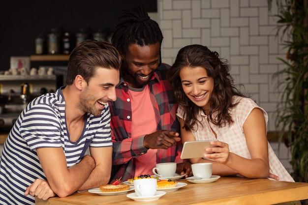Amici che utilizzano uno smartphone
