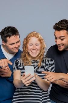 Amici che vedono qualcosa di divertente su un telefono