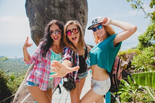Amici che viaggiano insieme in asia