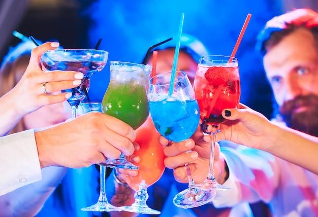 Amici con cocktail drink a una festa.