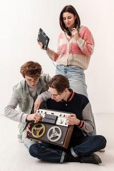 Amici con dispositivi musicali