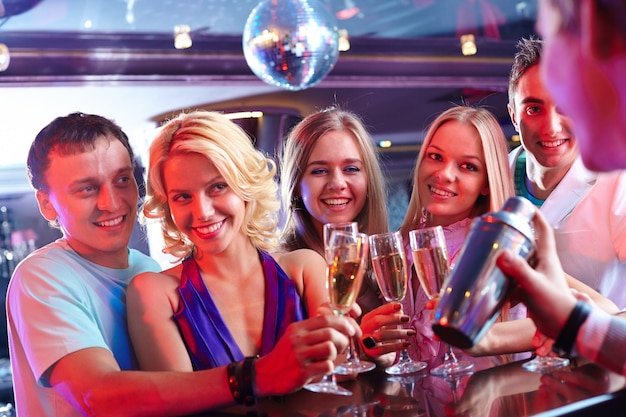 Amici con un bicchiere di champagne