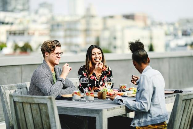 Amici con una festa sul tetto a san francisco