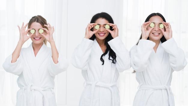 Amici con una maschera facciale in una spa