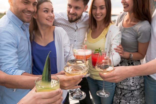 Amici del primo piano che tostano ad una festa