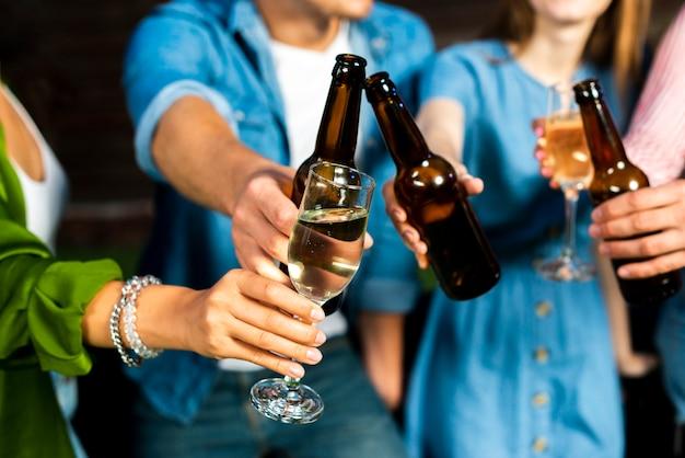 Amici del primo piano che tostano alcolici