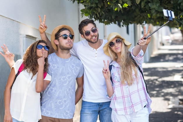 Amici dell'anca che prendono selfie per la strada