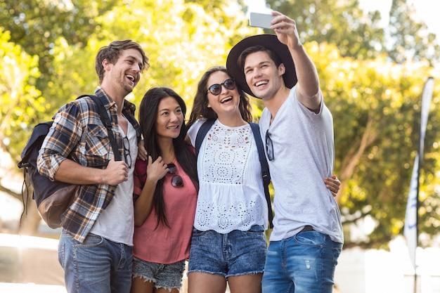Amici dell'anca che prendono selfie per le strade