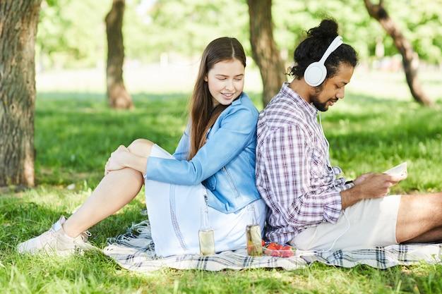 Amici delle coppie che godono del picnic di estate