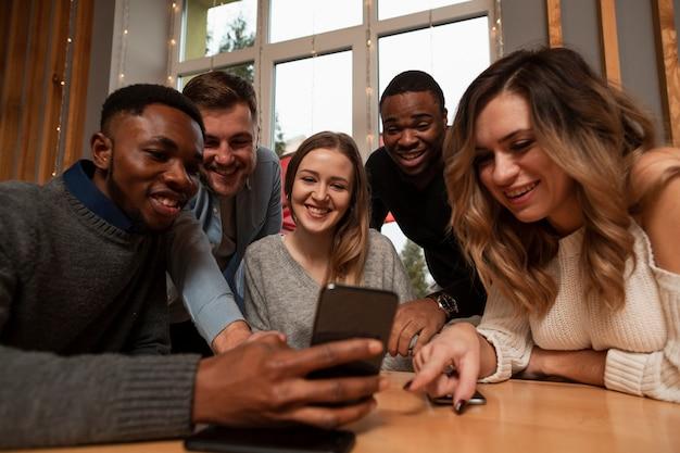 Amici di basso angolo che fanno i selfie