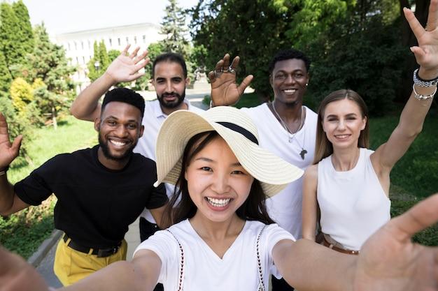 Amici di colpo medio che prendono un selfie