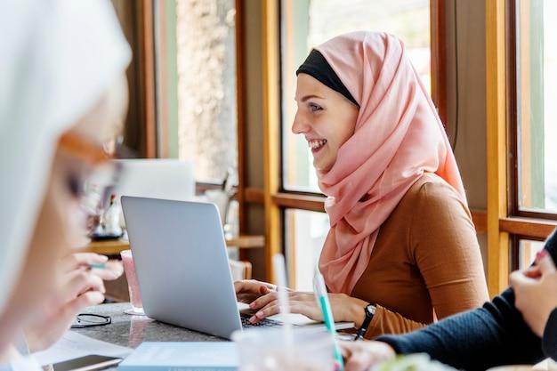 Amici di donne islamiche che lavorano insieme