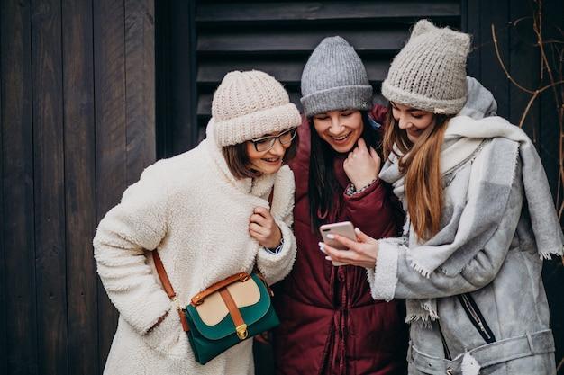 Amici di ragazze che si incontrano insieme in inverno fuori strada