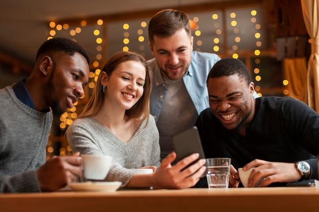 Amici di smiley al ristorante scattare foto