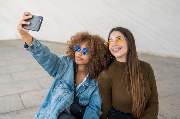 Amici di smiley che prendono selfie
