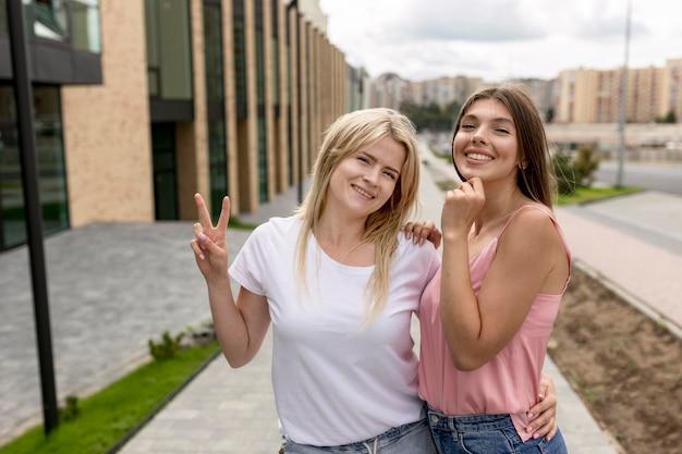 Amici di smiley che propongono insieme