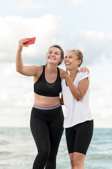 Amici di tiro medio che prendono selfie
