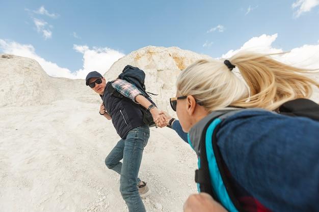 Amici di vista frontale arrampicata insieme