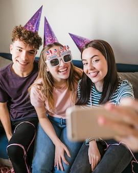 Amici di vista frontale che prendono un selfie