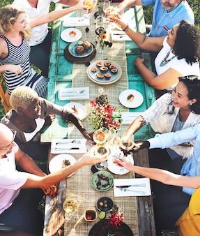 Amici divertendosi e mangiando insieme