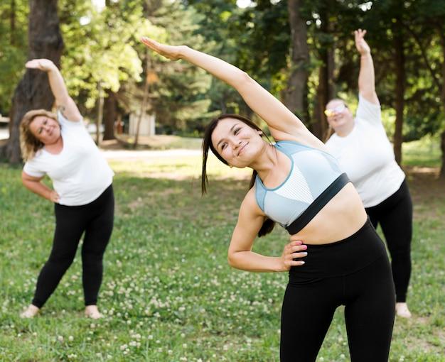 Amici facendo esercizi nel parco