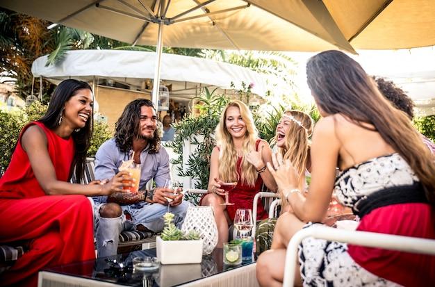 Amici facendo festa in un lounge bar