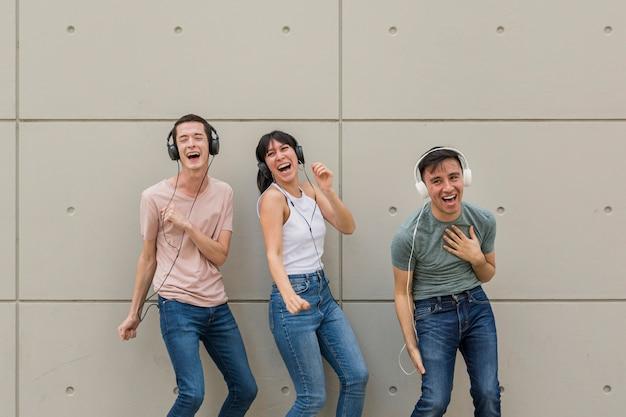 Amici felici che ascoltano la musica